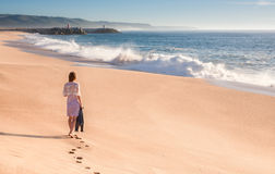Девушка идет вдоль океана Стоковая Фотография