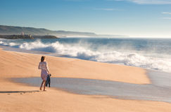 Девушка идет вдоль океана Стоковые Фото