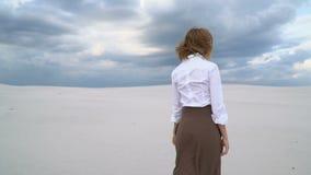 Девушка идет в пустыню акции видеоматериалы