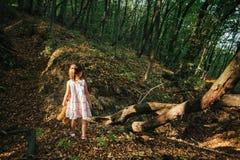 Девушка идет в древесины Стоковые Фотографии RF