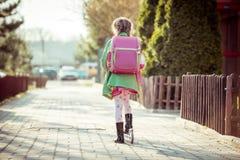 Девушка идет к школе Стоковая Фотография RF