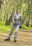 Девушка идет на коньки ролика в парке Стоковые Изображения RF
