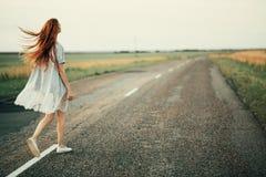 Девушка идет на дорогу Стоковые Фотографии RF