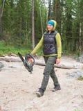 Девушка идет на песок в пиле силы в руках  Стоковые Фотографии RF