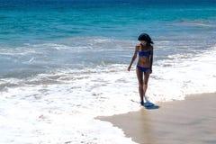 Девушка идет на пляж Стоковое Фото