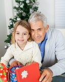 Девушка и дед с подарками рождества Стоковое Изображение RF