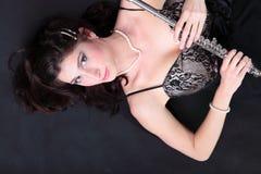 Девушка и каннелюра на черной предпосылке стоковые фото