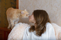 Девушка и красный кот Стоковые Изображения RF