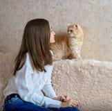 Девушка и красный кот стоковые изображения