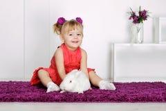 Девушка и кролик Стоковые Фотографии RF