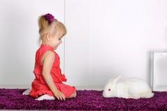 Девушка и кролик Стоковые Изображения RF