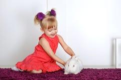Девушка и кролик Стоковые Изображения