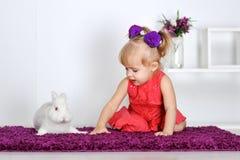 Девушка и кролик Стоковое фото RF