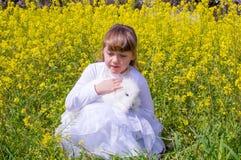 Девушка и кролик Стоковое Изображение RF
