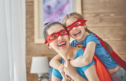 Девушка и мама в костюме супергероя Стоковые Фотографии RF