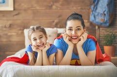 Девушка и мама в костюме супергероя Стоковые Изображения RF