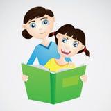 Девушка и мама читая книгу Стоковое фото RF
