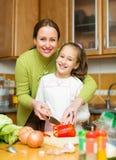 Девушка и мать делая суп Стоковые Фотографии RF