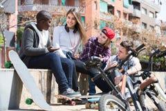 Девушка и 3 мальчика вися вне outdoors и обсуждая somethin Стоковые Фотографии RF