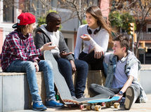 Девушка и 3 мальчика вися вне outdoors и обсуждая somethin Стоковая Фотография