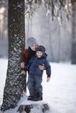 Девушка и мальчик в зимнем дне стоковое изображение rf