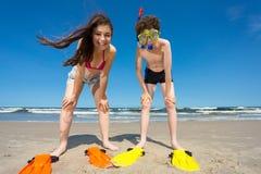 Девушка и мальчик имея потеху на пляже стоковые изображения rf