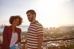 Девушка и мальчик смеясь над на мосте Стоковое фото RF