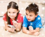 Девушка и мальчик смотря ТВ стоковая фотография rf