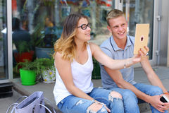 Девушка и мальчик соединяют сидеть на крылечке ресторана, беседа Стоковые Фотографии RF