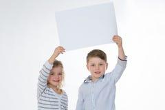 Девушка и мальчик стоя совместно Стоковое Изображение RF