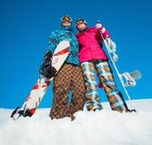 Девушка и мальчик с сноубордами на снеге Стоковые Изображения