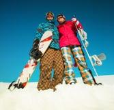 Девушка и мальчик с сноубордами на снеге Стоковые Фотографии RF