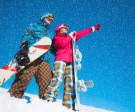 Девушка и мальчик с сноубордами на снеге Стоковая Фотография