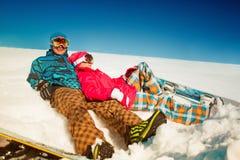 Девушка и мальчик с сноубордами на снеге Стоковые Изображения RF