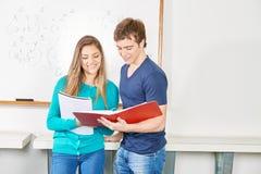 Девушка и мальчик учат совместно Стоковое фото RF