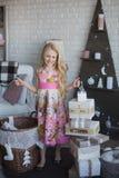 Девушка и много коробки с подарками, утеха, подготовка на праздник, упаковывая, коробки, рождество, Новый Год, образ жизни Стоковое Изображение RF