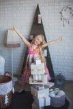 Девушка и много коробки с подарками, утеха, подготовка на праздник, упаковывая, коробки, рождество, Новый Год, образ жизни Стоковые Изображения