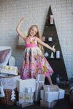 Девушка и много коробки с подарками, утеха, подготовка на праздник, упаковывая, коробки, рождество, Новый Год, образ жизни Стоковые Фотографии RF
