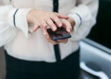 Девушка и мобильный телефон Стоковые Фото