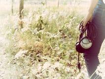 Девушка и наушник длинной очереди Стоковая Фотография