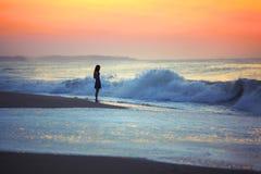 Девушка и океанские волны Стоковые Фотографии RF