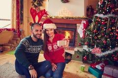 Девушка и парень делая selfie для рождества Стоковое фото RF