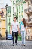 Девушка и парень на улицах европейских городов Стоковая Фотография
