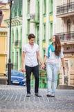 Девушка и парень на улицах европейских городов Стоковые Изображения