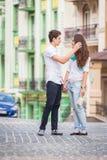 Девушка и парень на улицах европейских городов Стоковое Фото