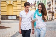 Девушка и парень на улицах европейского citie стоковые фото