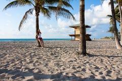 Девушка и пальмы Стоковые Фото