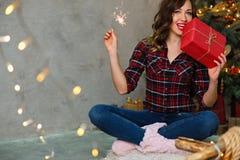 Девушка и подарок на рождество Стоковые Изображения RF