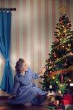 Девушка и подарок Стоковая Фотография RF