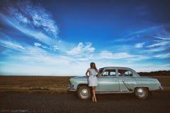 Девушка и ретро автомобиль Стоковая Фотография
